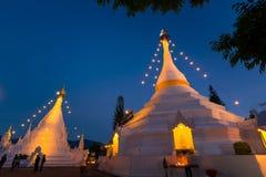 Thailändsk buddismtempel i Mae Hong Sorn på skymningtid Royaltyfri Fotografi