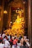 Thailändsk buddistisk kvinnarespekt till Buddha Arkivbild