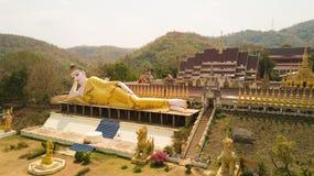 Thailändsk buddistisk tempel med den guld- vilastatyn Arkivbild