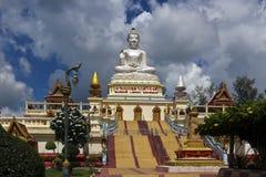 Thailändsk buddistisk tempel med den stora buddha bilden arkivbilder
