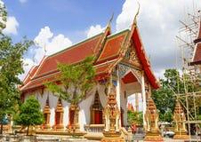 Thailändsk buddistisk tempel och en munk Royaltyfri Foto