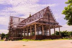 Thailändsk buddistkyrka i lokal av Thailand under konstruktion arkivfoto