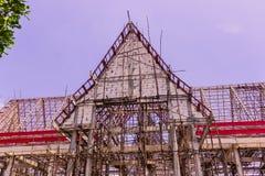 Thailändsk buddistkyrka i lokal av Thailand under konstruktion arkivbilder