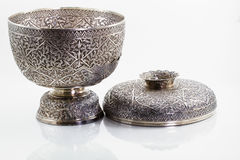 Thailändsk bunke för forntida antik silver på vit bakgrund Arkivfoto