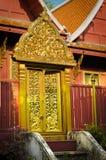 Thailändsk dörr på Wat Arkivfoton