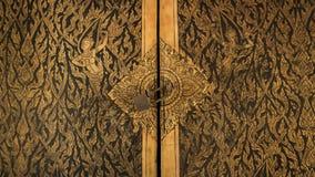 Thailändsk dörrkonstarkitektur i Tripitaka Hall, Wat Rakhang Khositaram Royaltyfria Bilder