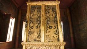 Thailändsk dörrkonstarkitektur i Tripitaka Hall, Wat Rakhang Khositaram Arkivfoto