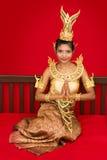 Thailändsk dam på en säng Fotografering för Bildbyråer