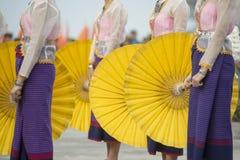 THAILÄNDSK DANS FÖR THAILAND BURIRAM SATUEK TRADITION Arkivbilder
