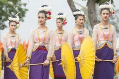 THAILÄNDSK DANS FÖR THAILAND BURIRAM SATUEK TRADITION Arkivbild