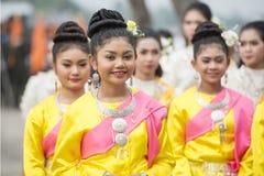 THAILÄNDSK DANS FÖR THAILAND BURIRAM SATUEK TRADITION Arkivfoto