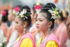 THAILÄNDSK DANS FÖR THAILAND BURIRAM SATUEK TRADITION Royaltyfri Bild