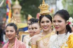 THAILÄNDSK DANS FÖR THAILAND BURIRAM SATUEK TRADITION Arkivfoton