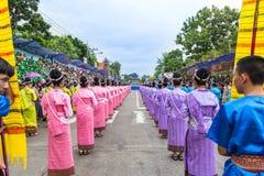 Thailändsk dans på den traditionella stearinljusprocessionfestivalen av Buddha Arkivfoto