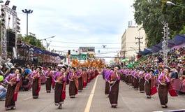 Thailändsk dans på den traditionella stearinljusprocessionfestivalen av Buddha Royaltyfri Bild