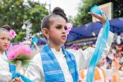 Thailändsk dans på den traditionella stearinljusprocessionfestivalen av Buddha Arkivfoton