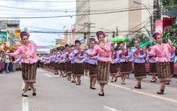 Thailändsk dans på den traditionella stearinljusprocessionfestivalen av Buddha Arkivbild
