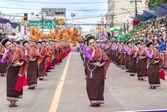 Thailändsk dans på den traditionella stearinljusprocessionfestivalen av Buddha Royaltyfri Fotografi