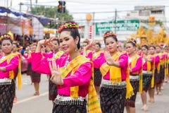 Thailändsk dans på den traditionella stearinljusprocessionfestivalen av Buddha Royaltyfria Bilder