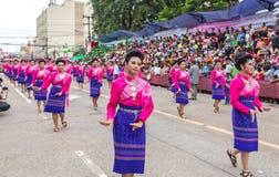 Thailändsk dans på den traditionella stearinljusprocessionfestivalen av Buddha Royaltyfria Foton