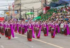 Thailändsk dans på den traditionella stearinljusprocessionfestivalen av Buddha Fotografering för Bildbyråer