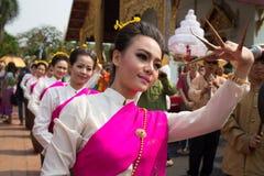 Thailändsk dansarekvinna i meningsbyggnadtempel i den Songkran festivalen. Arkivfoto