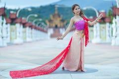 Thailändsk dansflicka med den nordliga stilklänningen i tempel Arkivfoton