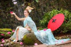 Thailändsk dansflicka med den nordliga stilklänningen i tempel Arkivbild