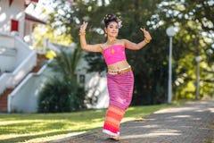 Thailändsk dansflicka med den nordliga stilklänningen i tempel Royaltyfria Bilder