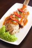 Thailändsk djupt stekt fisk med currysås royaltyfria foton