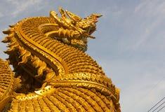 Thailändsk drake eller konung av Nagastatyn på Wat Sri Pan Ton, Nan, Thailand Arkivfoton