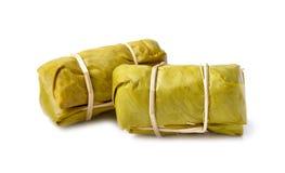 Thailändsk efterrätt, ångat klibbigt ris med bananbladet som isoleras på w royaltyfri fotografi