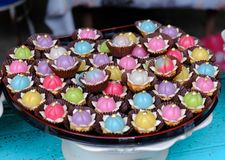 Thailändsk efterrätt för traditionell söt färgrik kaka royaltyfri bild