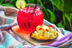 Thailändsk efterrätt, feg godis och rött vatten med limefrukt arkivfoto