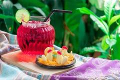 Thailändsk efterrätt, feg godis och rött vatten med limefrukt fotografering för bildbyråer