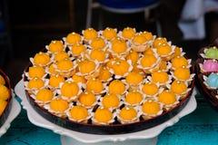 Thailändsk efterrätt med den guld- kakan royaltyfri fotografi