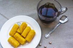 Thailändsk efterrätt och svart te Royaltyfri Foto
