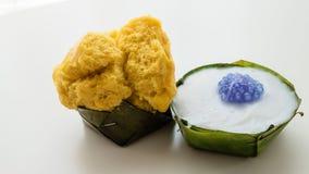 Thailändsk efterrätt, thailändsk pudding med kokosnöttoppning Arkivbild