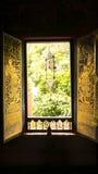 Thailändsk fönsterkonstarkitektur i Tripitaka Hall, Wat Rakhang Khositaram Royaltyfria Foton