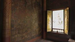 Thailändsk fönsterkonstarkitektur i Tripitaka Hall, Wat Rakhang Khositaram Royaltyfri Bild