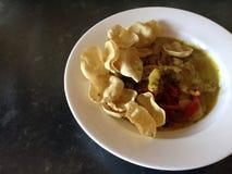 Thailändsk feg curry med mini- poppadom Arkivbilder
