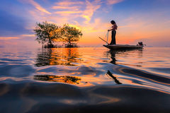 Thailändsk fiskare med netto i handling Arkivbild