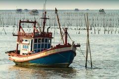 Thailändsk fiskebåt som används som ett medel för att finna fisken Royaltyfri Foto