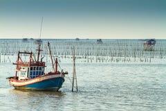 Thailändsk fiskebåt som används som ett medel för att finna fisken Royaltyfri Bild