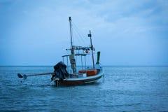 Thailändsk fiskebåt som parkeras i den blåa himlen för havsafton royaltyfri foto