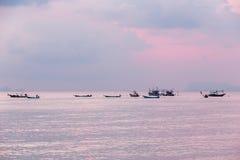 Thailändsk fiskebåt som parkeras i havet i aftonen i solnedgång, att vara arkivbild