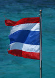 Thailändsk flagga med havsbakgrund Arkivbild