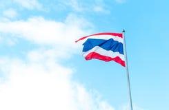 Thailändsk flagga på blå himmel med molnet Arkivbilder