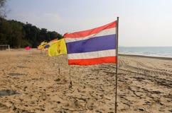 Thailändsk flagga på stranden Arkivbilder
