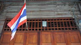 Thailändsk flagga som hänger ovanför dörrhem stock video